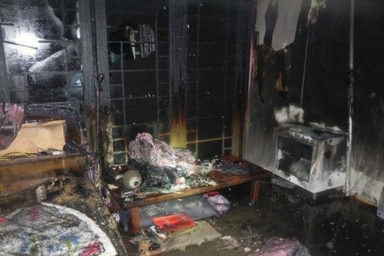 지난 7일 경기도 고양시 일산서구의 한 아파트 1층에서 20대 아들이 집에 불을 질러 집에 있던 아버지가 숨졌다. 사진은 불이 난 안방. [일산소방서 제공=연합뉴스]