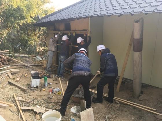 한울타리 조합원이 지진 피해를 입은 포항 농촌지역주택을 수리하고 있다. [사진 다솜둥지복지재단]