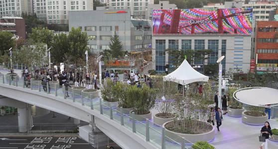 지난 9월 서울시 용산구 서울로7017 만리동광장 인근에서 '서울로 미디어캔버스' 개막행사가 진행되고 있다. [연합뉴스]