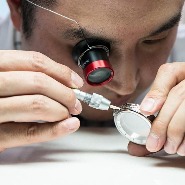 엠오아이(MOI)워치의 김한뫼(39) 대표가 시계를 수작업으로 만들고 있다.