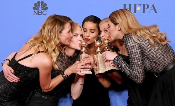 올해 골든글로브 TV 분야 최다 4관왕은 HBO 시리즈 '빅 리틀 라이즈'가 가져갔다.왼쪽부터 여우조연상의 배우 로라 던, 미니시리즈 부문 여우주연상을 거머쥔 니콜 키드먼 등. [EPA=연합뉴스]