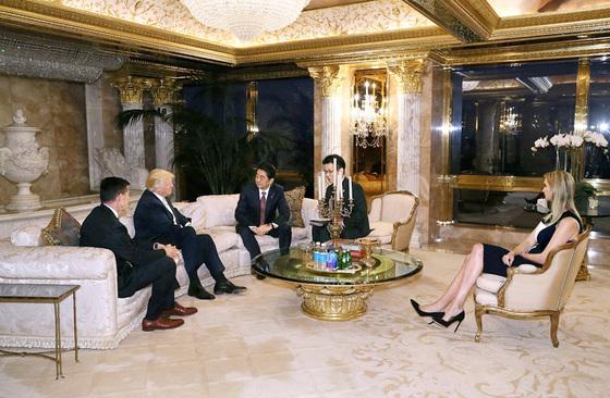도널드 트럼프 미국 대통령 당선인(왼쪽 둘째)과 아베 신조 일본 총리(왼쪽 셋째)가 2016년 11월 17일, 뉴욕 트럼프 자택에서 만났다. 맨 오른쪽은 딸 이방카, 맨 왼쪽은 당시 국가안보보좌관에 내정된 마이클 플린이다. 플린은 '러시아 게이트' 문제가 불거지면서 자리에서 물러났다. [로이터=연합뉴스]
