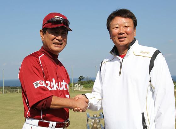 선동열(55·사진 오른쪽) 야구 국가대표팀 감독, 은사인 호시노 센이치(왼쪽) 일본 프로야구 라쿠텐 골든이글스 부회장.