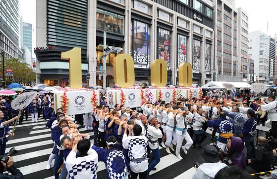 지난해 10월 도쿄 니혼바시에 도쿄 올림픽 D-1000을 축하하는 가마 행렬이 등장했다. [연합뉴스]