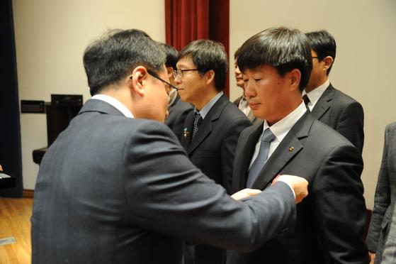 지난 2일 남재철 기상청장에게 모범공무원상을 받고 있는 이동현 주무관(오른쪽). [사진 기상청]