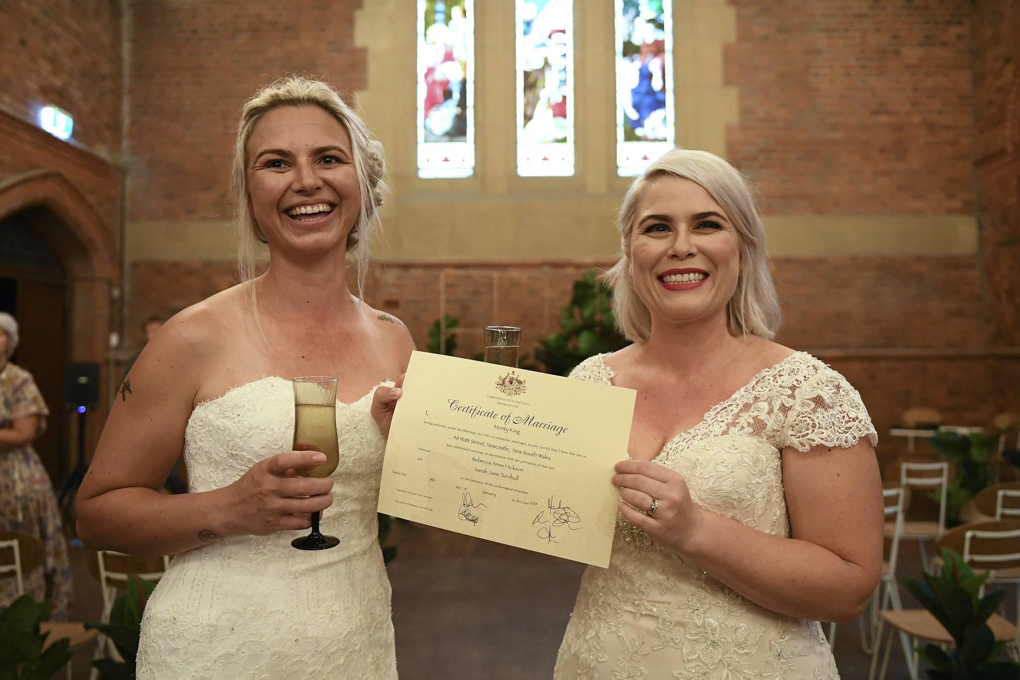 Sarah Turnbull (왼쪽)과 Rebecca Hickson이 9 일 호주 뉴 사우스 웨일즈 주 뉴캐슬에서 결혼식을 한 뒤 결혼 증명서를 들고 기념촬영을 하고 있다. [EPA=연합뉴스]