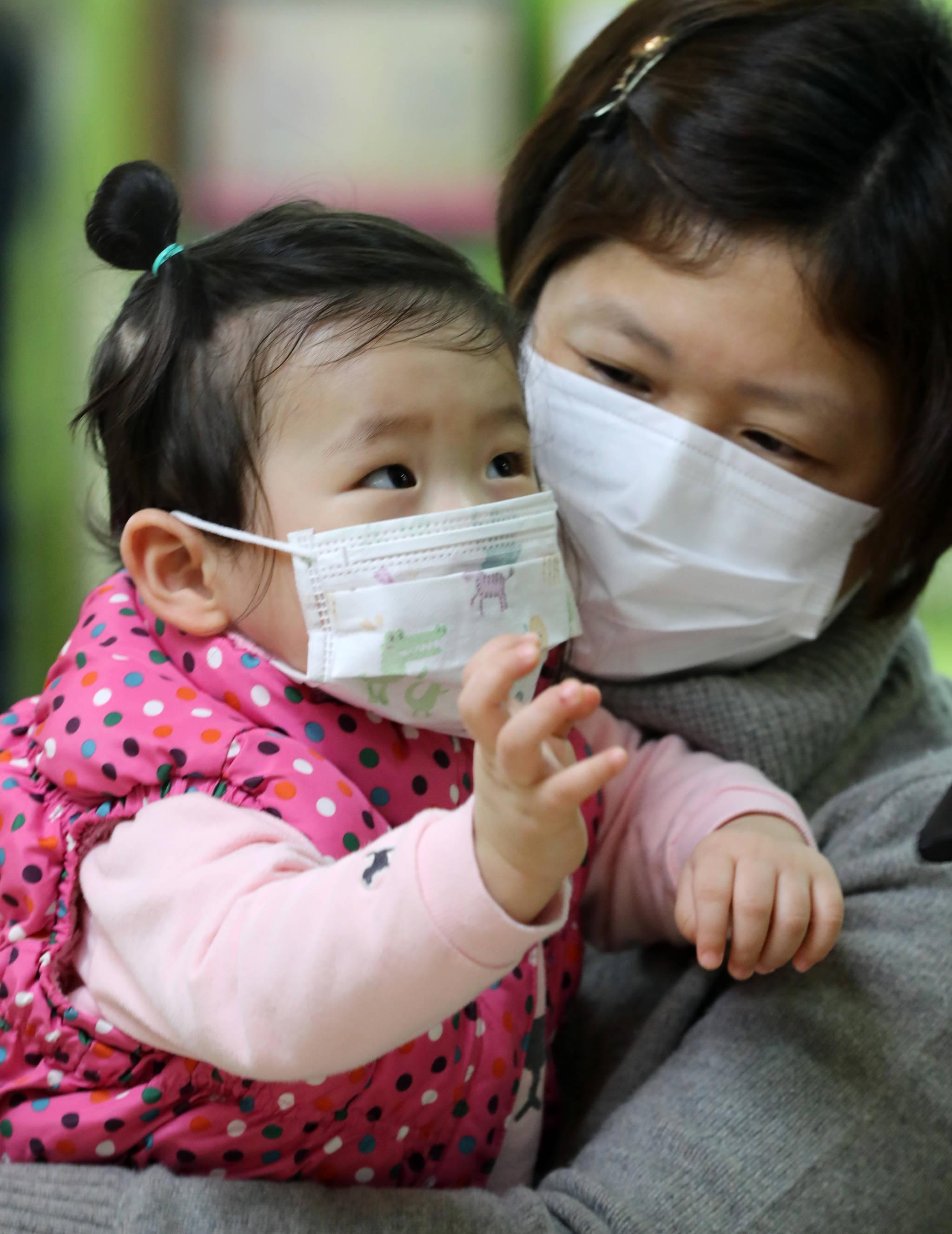 최근 독감이 유행하며 환자가 급증하고 있다. 3일 서울의 한 병원 소아청소년과 환자진료대기실에서 진료를 받으려는 모녀가 마스크를 착용하고 있다. [연합뉴스]