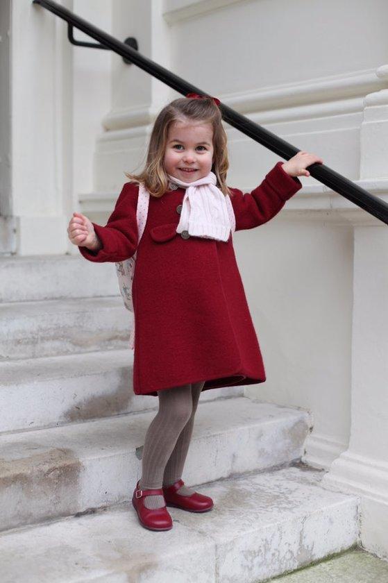 8일(현지시간) 영국 왕위 계승서열 2위인 윌리엄 왕세손의 딸 샬럿 공주(3)가 첫 유치원 등원을 위해 나서는 모습. [사진 켄싱턴궁 트위터]