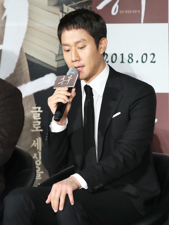 영화 '흥부' 제작발표회에서 故 김주혁에 관해 이야기 하고 있는 배우 정우 [News1]