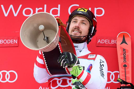 히르셔가 8일 알파인 스키 월드컵에서 시즌 일곱 번째 정상에 선 뒤, 우승 트로피를 들어 올리고 있다. [아델보덴 EPA=연합뉴스]