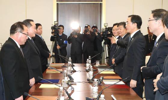 남북이 9일 고위급 남북당국회담을 열어 평창 겨울올림픽과 패럴림픽에 북한 대표단을 파견하기로 합의했다. 남북 대표단이 회담을 마치고 대화하고 있다. [사진 공동취재단]
