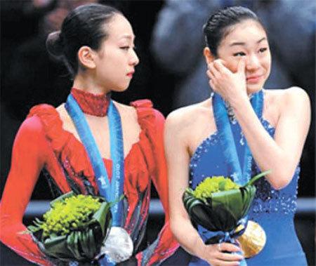 2010 밴쿠버 동계올림픽에서 금메달을 목에 건 김연아(오른쪽)와 이를 바라보는 아사다 마오. [중앙포토]