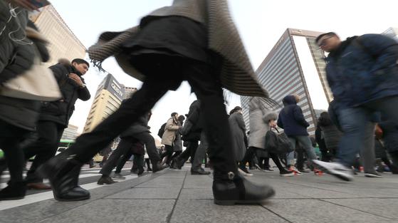 1월 2일 새해 첫 출근길에 나선 시민들이 서울 광화문사거리 건널목을 건너고 있다.(사진=중앙포토)