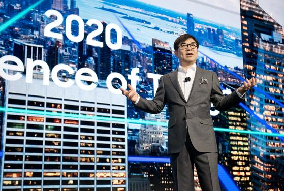삼성전자는 8일(현지시간) 미국 라스베이거스에서 세계 최대 전자 전시회 'CES 2018' 개막에 앞서 미래 비전과 2018년 주요 사업을 소개하는 프레스 컨퍼런스를 개최했다. 삼성전자 CE(소비자가전)부문장 김현석 사장이 기기간 연결성을 넘어 지능화된 서비스를 구현하겠다는 'Intelligence of Things' 비전을 발표하고 있다. [사진 삼성전자]