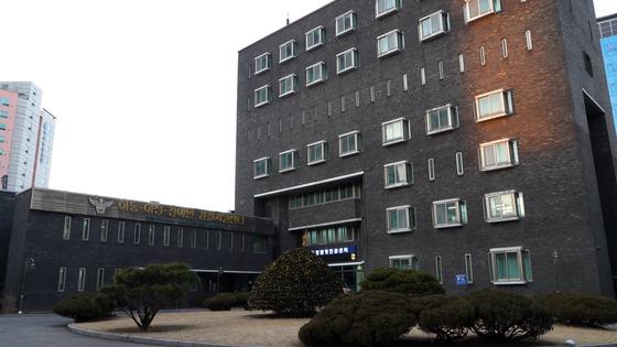 서울 용산구 남영동 옛 대공분실은 현재는 경찰청 인권센터가 들어섰다. 5층 조사실 창문은 밖으로 뛰어내릴 수 없게 좁게 설계됐다. 여성국 기자.