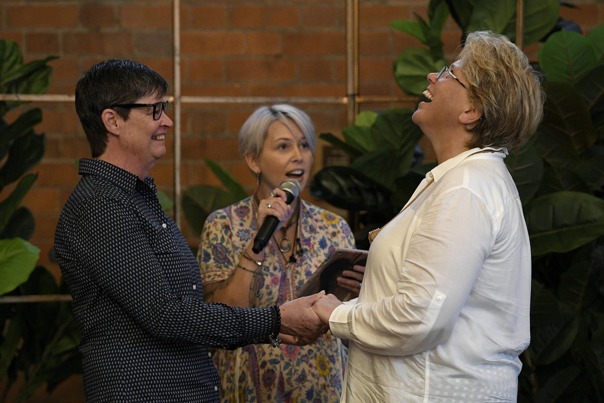 Felicity Evers와 Jenny Thompson가 9 일 호주 뉴캐슬에서 결혼식을 하고 있다. [로이터=연합뉴스]