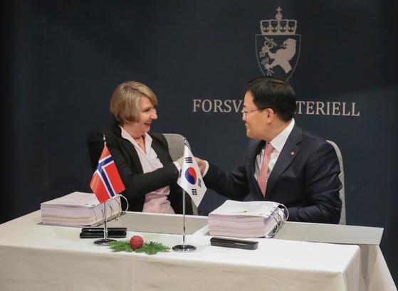 지난 20일(현지시간) 노르웨이 국방부에서 한화지상방산 손재일 대표이사(오른쪽)와 메테 소르폰덴 노르웨이 방사청장(왼쪽)이 K9 자주포 수출계약 체결 후 악수를 나누고 있다. [사진 한화지상방산]