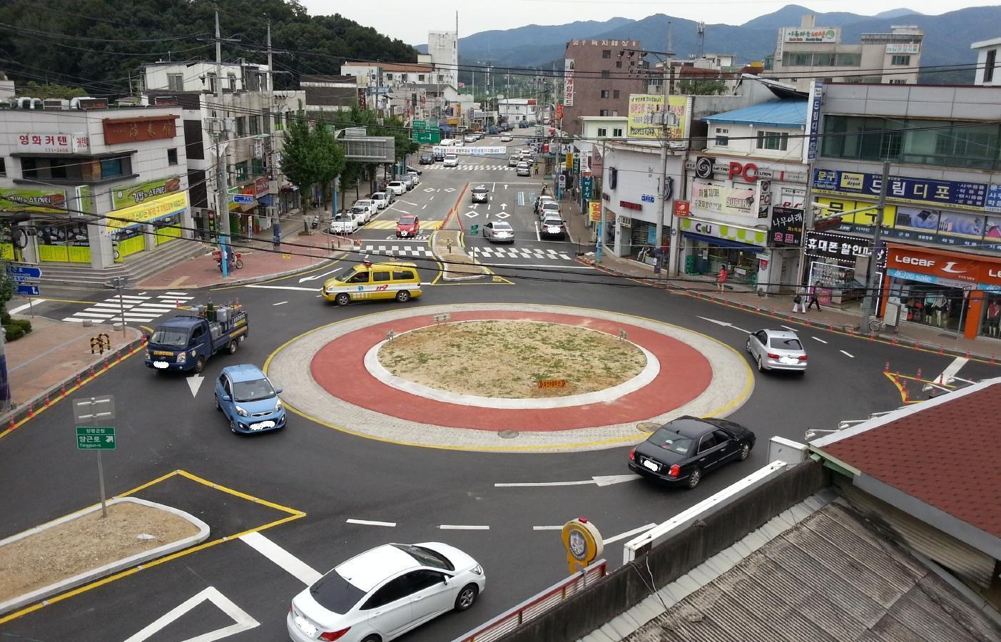 경기도 양평사거리에 설치된 회전교차로. 차들이 교통섬을 중심으로 시계반대방향으로 회전한다. [중앙포토]