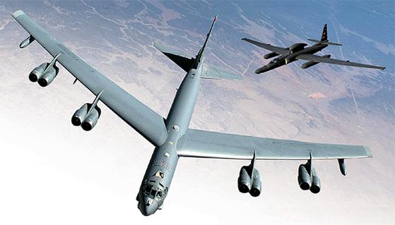 미국의 전략폭격기 B-52H는 1955년 도입 이후 62년간 날아다녔다. 2040년까지 운용된다. 작은 사진은 도입 60주년인 정찰기 U-2. 주한미군이 아직도 쓰고 있다. [사진 미 공군]