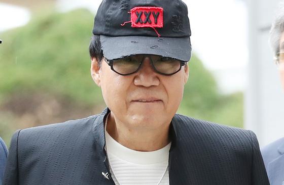 그림 대작(代作)' 사건으로 기소된 가수 조영남씨가 지난 10월 18일 오후 서울중앙지법에서 열리는 선고 공판에 출석하고 있다. [연합뉴스]