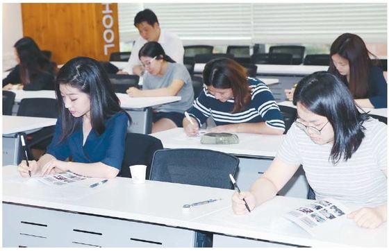 중앙일보 토셀 모의 시험을 보고 있는 응시자들. 이들은 듣기·말하기와 읽기·쓰기 영역을 문항을 100분간 풀었다.