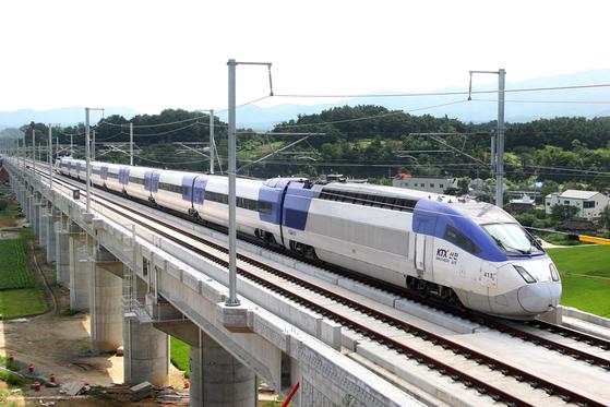 더불어민주당과 국민의당은 호남고속철도의 무안공항 경유를 합의하고 이런 내용을 담은 예산안도 통과시켰다. [중앙포토]