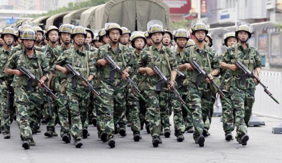 착검을 한 중국 군인들이 2009년 7월 8일 신장위구르자치구 수도 우루무치 거리를 순찰하고 있다. 당시 후진타오 중국 국가주석은 이탈리아 주요 8개국(G8) 정상회의 참석을 포기하고 귀국했다. [중앙포토]
