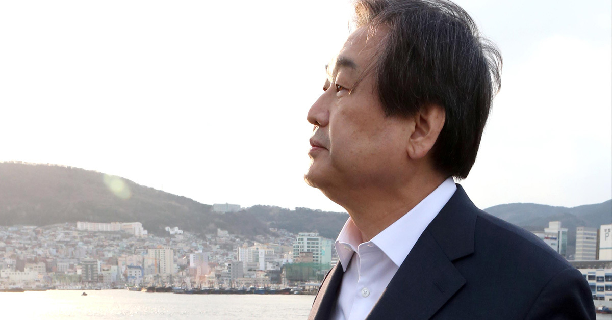 김무성 자유한국당 의원이 지난 2016년 3월 24일 부산 영도다리를 걷고 있다. [연합뉴스]