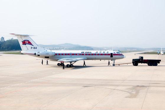 평양 순안공항에서 고려항공 여객기를 군용트럭이 밀고 있다. [중앙포토]