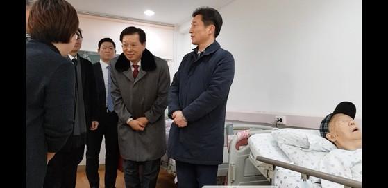 조현배 부산경찰청장이 9일 오후 4시 20분 고 박종철 열사의 아버지가 입원해 있는 병원을 방문해 과거 경찰의 고문행위에 대해 사죄했다. (사진 맨왼쪽은 박 열사의 누나인 박은숙 씨, 왼쪽 두번째 조현배 부산경찰청장, 맨오른쪽은 박 열사의 아버지인 박정기 씨) 이은지 기자