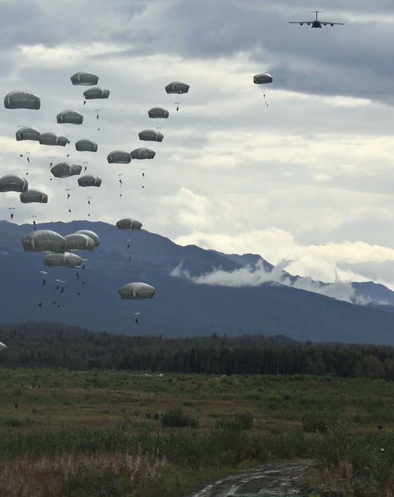 미 공수부대의 강하 훈련 장면. [사진 미 육군]