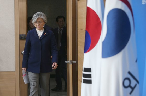 강경화 외교부 장관이 9일 오후 서울 도렴동 외교부 청사 브리핑실에서 한일 위안부 합의 처리 방향과 관련한 정부 입장을 발표한 뒤 브리핑룸에 들어서고 있다. 오종택 기자
