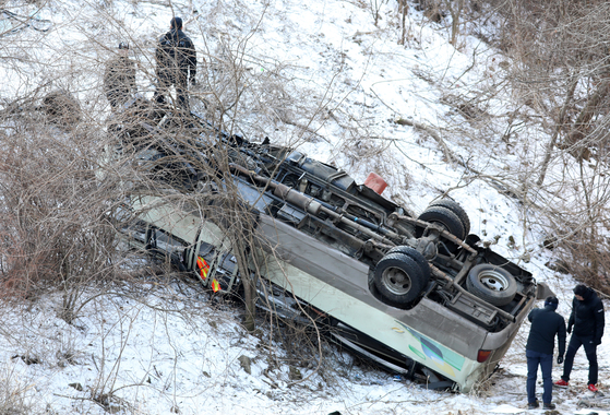 지난 2일 강원 양구군 방산면 고산방리 도고터널 인근에서 계곡으로 추락한 25인승 군용버스. [뉴스1]