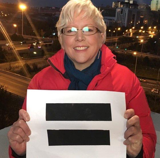 캐리 그레이시 BBC 중국 지사 편집장이 '남성과 여성은 동일한 임금을 받아야 한다'는 뜻의 '=' 표시를 들고 사진을 찍었다. [사진 캐리 그레이시 트위터]