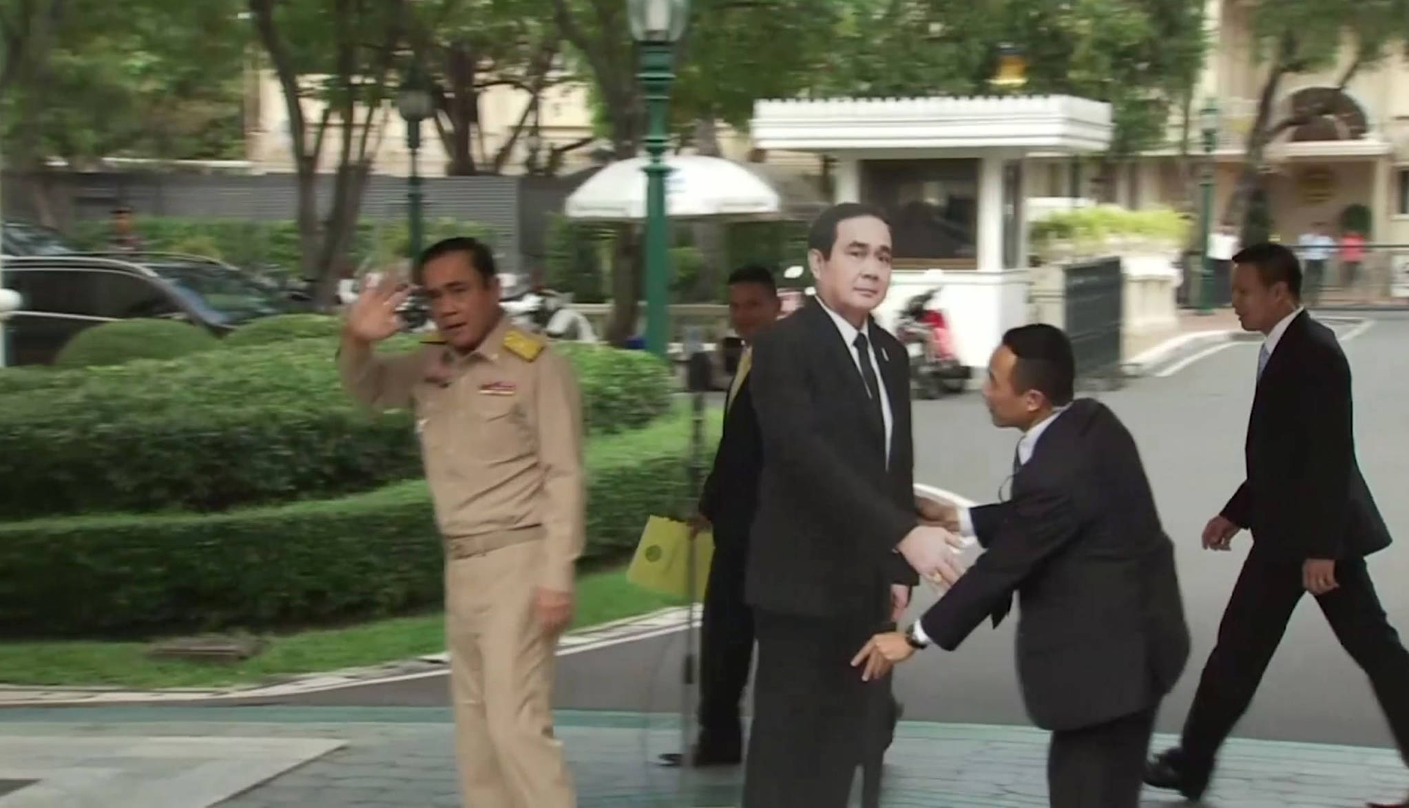 쁘라윳 태국 총리가 8일 방콕 총리관저에서 열린 브리핑에서 자신의 발언을 바친 뒤 실물크기의 자신의 종이인형을 세워두고 자리를 떠나고 있다.[AP=연합뉴스]