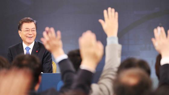 문재인 대통령이 10일 오전 청와대 영빈관에서 열린 신년 기자회견에서 질문하기 위해 손을 든 기자들을 보며 미소 짓고 있다. [연합뉴스]
