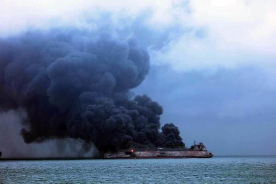 지난 6일 발생한 충돌사고로 유조선 상치호에 화재가 발생, 시커먼 연기를 내며 기름이 불 타고 있다. [뉴시스=서귀포 해양경서 제공]