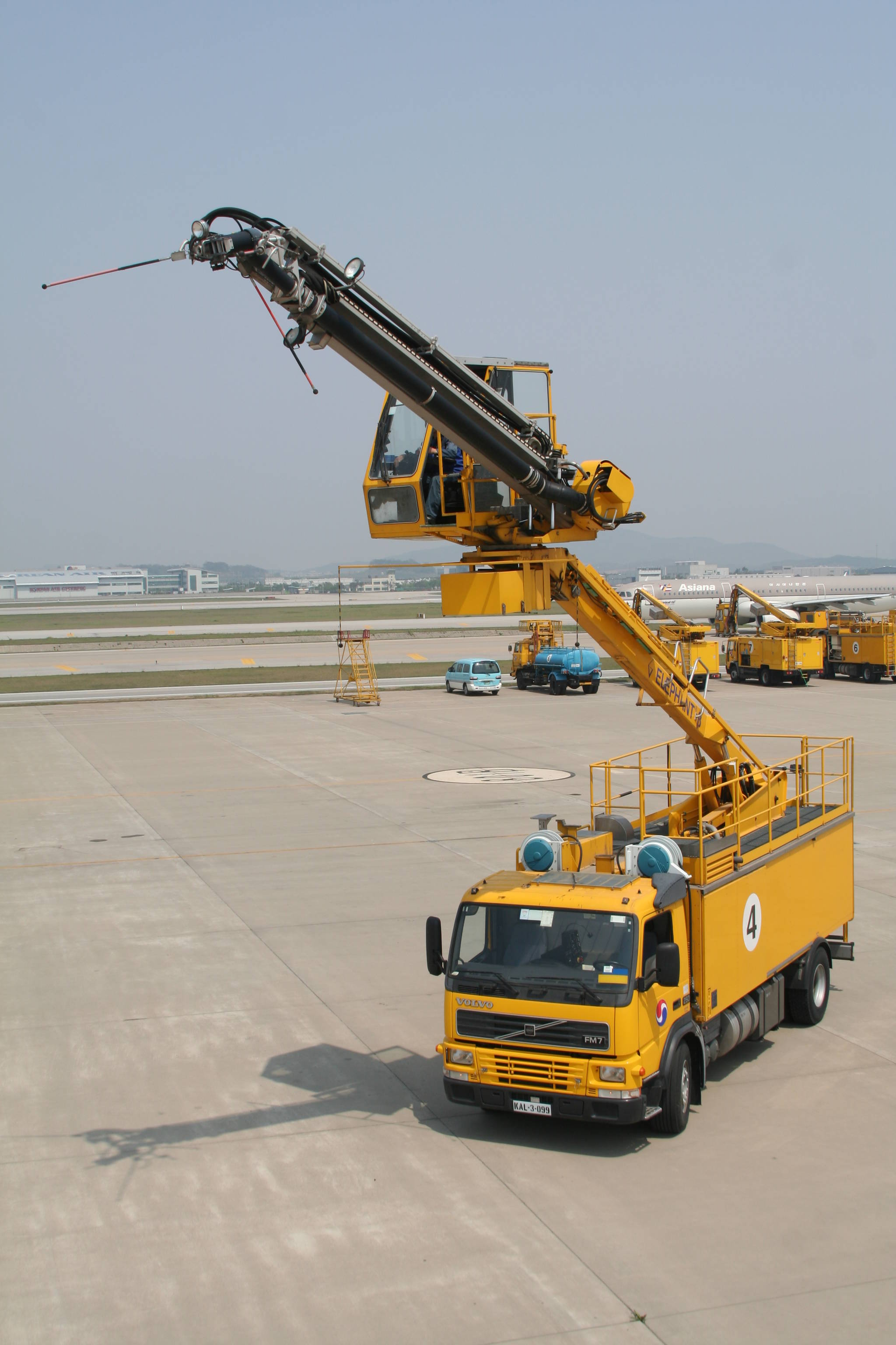 디아이싱용 트럭은 대당 가격이 최대 12억원에 달한다. [사진 대한항공]