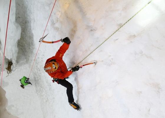우리나라는 빙벽 등반을 즐기기에 최고의 시설과 환경을 갖췄다. 코오롱등산학교 실내 빙벽장에서 원종민 강사가 20m 빙벽을 오르고 있다.