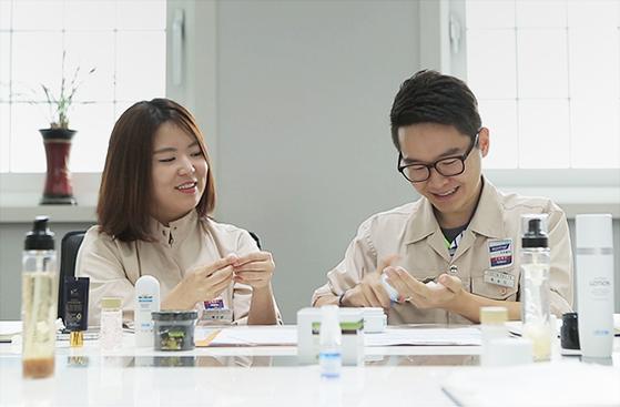 한국콜마는 투자사·유통채널과 손잡고 화장품 스타트업 기업을 발굴해 지원한다. 다음달 9일까지 지원받을 스타트업 신청을 받는다. 사진은 연구개발에 열중하고 있는 한국콜마의 연구진들. [사진 한국콜마]