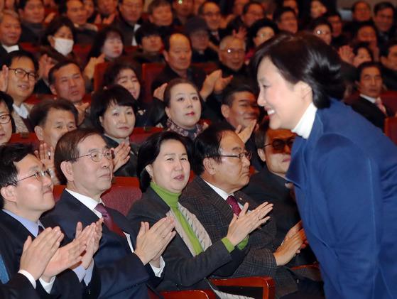 8일 양천구 신년하례식에서 박영선 의원(우측)이 박원순 시장(좌에서 두번째) 이 지켜보는 가운데 인사 하고 있다. [김경록 기자]