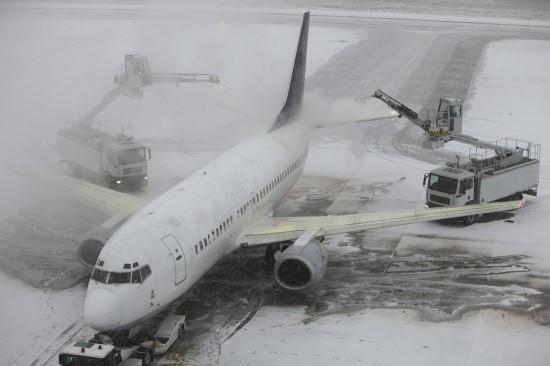 항공기에 쌓인 눈과 얼음 등을 제거하는 디아이싱 작업을 하고 있다. [중앙포토]