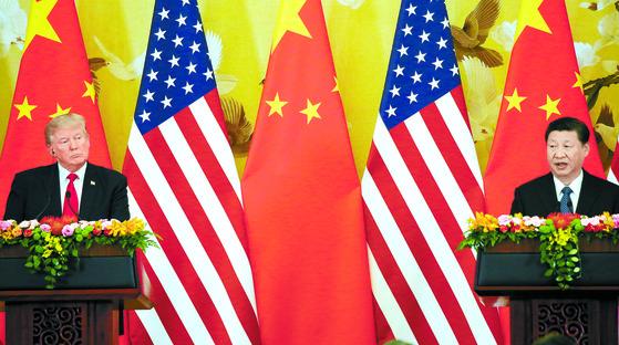 지난해 11월 9일 오후 중국 베이징(北京) 인민대회당에서 열린 미·중 정상회담 공동 기자회견에서 도널드 트럼프 미국 대통령과 시진핑 중국 국가주석이 회담 결과를 발표하고 있다. [연합뉴스]