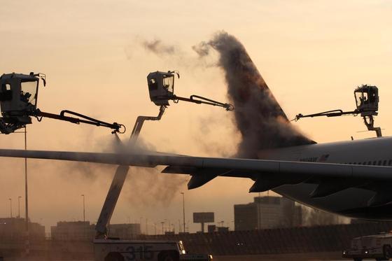 폭설이 내리는 경우 디아이싱 작업은 밤 늦게까지 이어진다. [사진 인천공항공사]