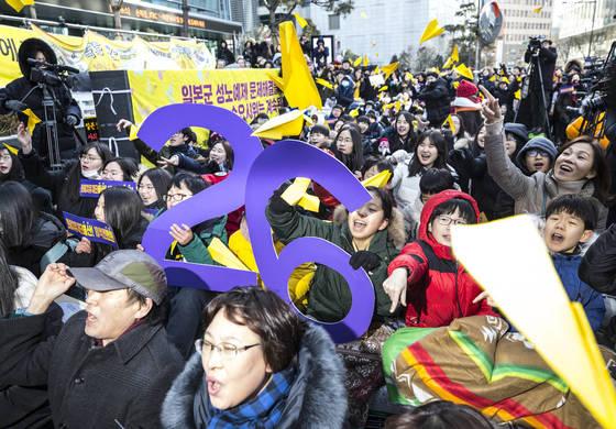 10일 서울 종로구 일본대사관 앞에서 열린 1317차 일본군 성노예제 문제 해결을 위한 정기 수요시위에서 참가자들이 수요시위 26주년을 기념하며 평화의 비행기 날리기 퍼포먼스를 하고 있다.[연합뉴스]