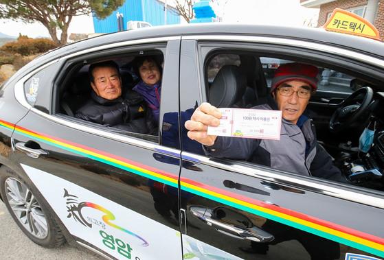지난 4일 전남 영암군 학산면 석포마을 주민들이 5일장이 선 영암읍내로 가기 위해 100원 택시를 타고 있다. 프리랜서 장정필