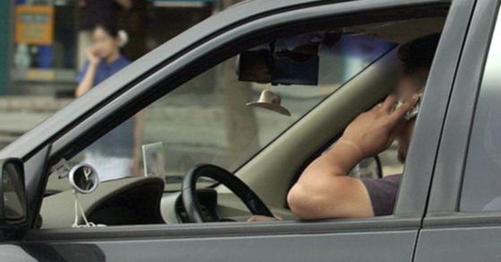 운전 중 통화를 하다 교통사고가 난 경우 보험료를 할증하는 방안이 추진 중이다. [중앙포토]