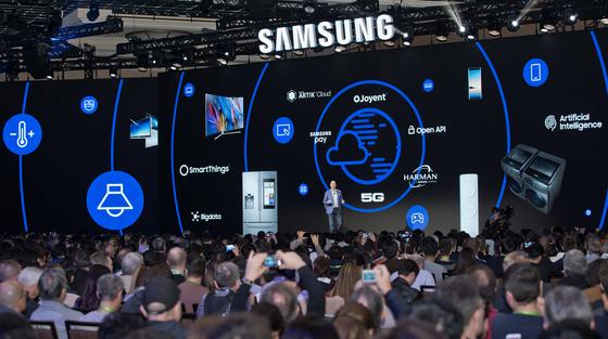 8일(현지시간) 팀 백스터 삼성전자 북미총괄 사장이 미국 라스베이거스에서 열린 기자회견에서 2020년까지 모든 제품에 인공지능을 적용하는 삼성전자의 전략에 대해 설명하고 있다. [사진 삼성전자]