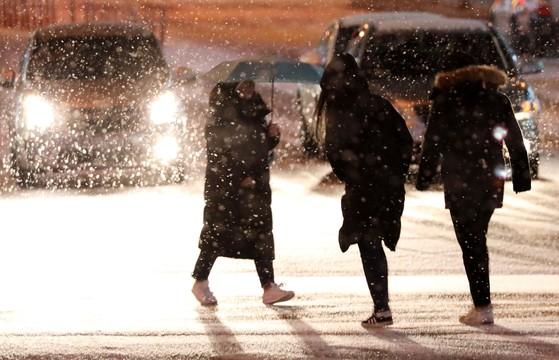 대설주의보와 함께 한파가 몰려온 9일 밤 대전 서구의 한 거리에서 시민들이 발걸음을 재촉하며 횡단보도를 건너고 있다.김성태 기자