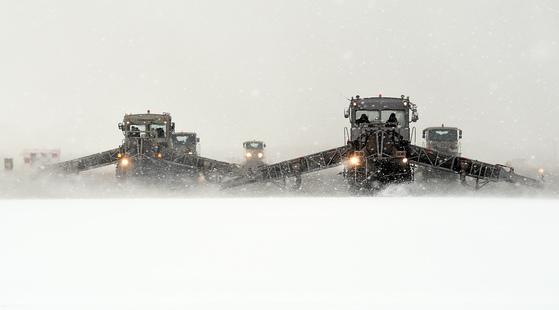 충남 서산 공군 제20전투비행단 활주로에서 제설장비인 SE-88이 눈을 치우고 있다. 이 장비에는 퇴역한 전투기 엔진이 장착돼 고온으로 눈과 얼음을 제거할 수 있다. [사진 공군20전투비행단]